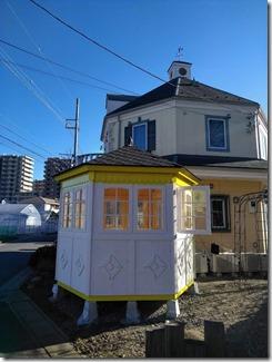 """六角型ハウス""""ガーデニア""""特注濃い緑額縁、黄緑外壁仕上げ途中"""